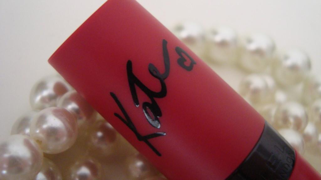 DSC08318 1024x576 - Kate Moss #111 Kiss of Life van Rimmel Review