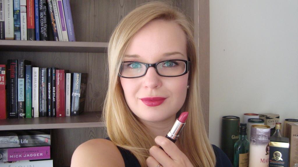 DSC08505 1024x576 - Rimmel #016 Heart Breaker Lipstick Review