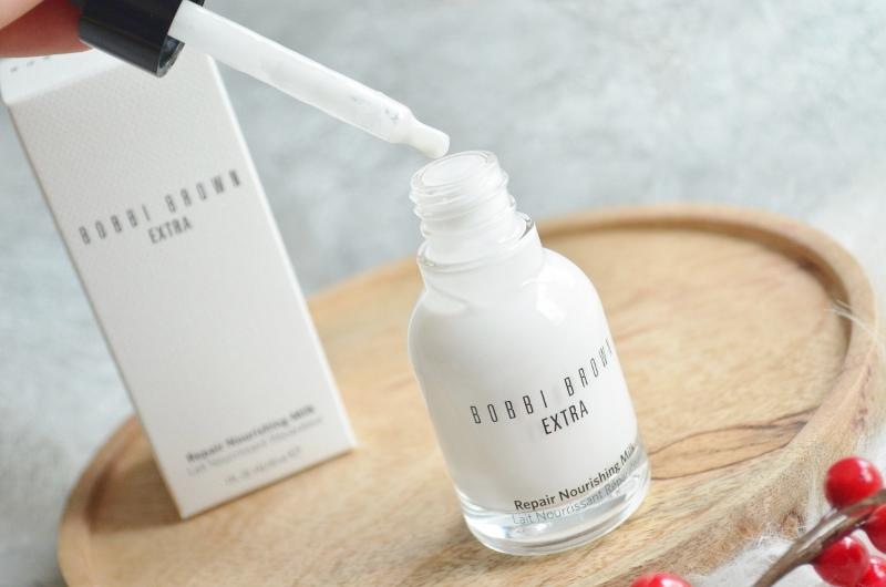 Het flesje is prachtig, heerlijk clean en stijlvol. Het product komt in een wit kartonnen doosje, waar het witte flesje met 'melk' inzit. Een zwart pipetje zorgt ervoor dat je het product gedoseerd kan aanbrengen, eerst op je hand en daarna op je gezicht.