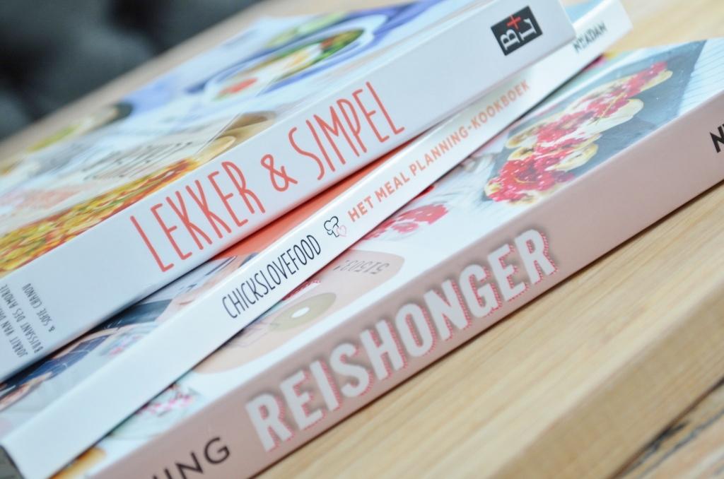 De kookboeken vliegen mij om de oren hier thuis. Waar ik er vorig jaar een enkeling van Jamie Oliver had rondzwerven, heb ik er nu een stuk of tien op de plank. Ik heb een aantal kookboeken voor en over kinderen gekregen (dat artikel volgt later), maar ook 'gewone' kookboeken met een thema. Vandaag kijk ik samen met jullie beter naar Lekker & Simpel, Reishonger en Het Meal-Planning Kookboek. Kijk je mee?