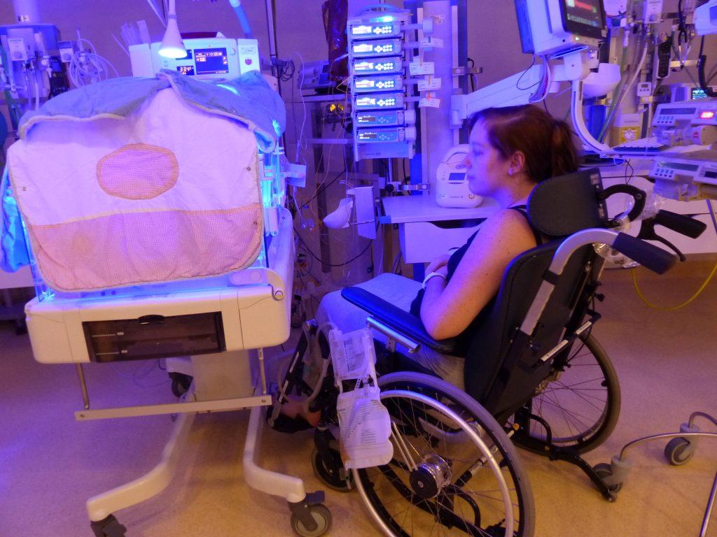Ik in rolstoel kijken bij Josephien 1024x768 - Bijzondere verhalen #17 - Dochter Josefien werd 14 weken te vroeg geboren, Ilse kreeg een hersenbloeding