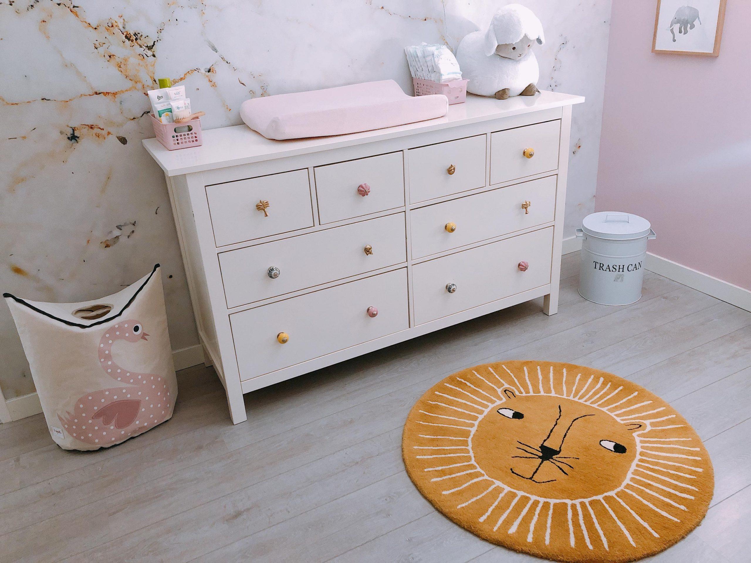 IMG 6900 2880x2160 1 scaled - De baby/kinderkamer van Hazel - roze, hout & marmer!