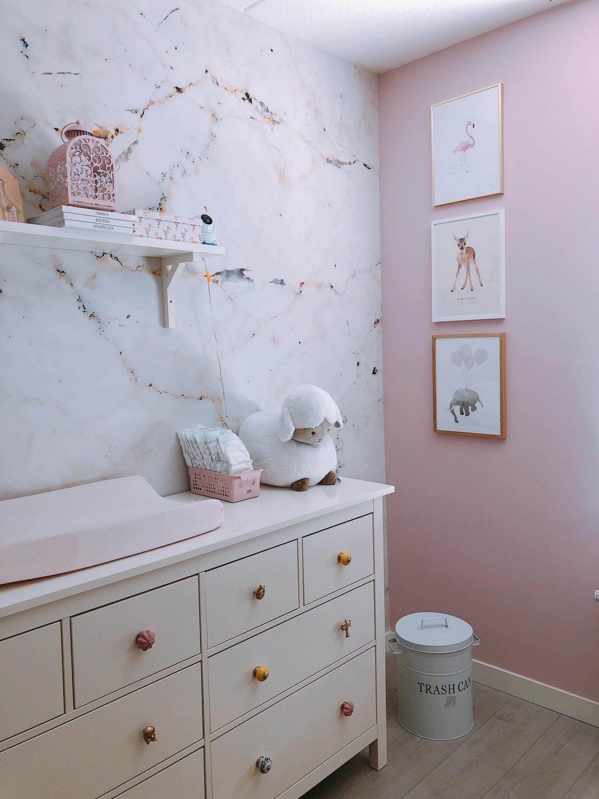 IMG 6908 2160x2880 1 scaled - De baby/kinderkamer van Hazel - roze, hout & marmer!