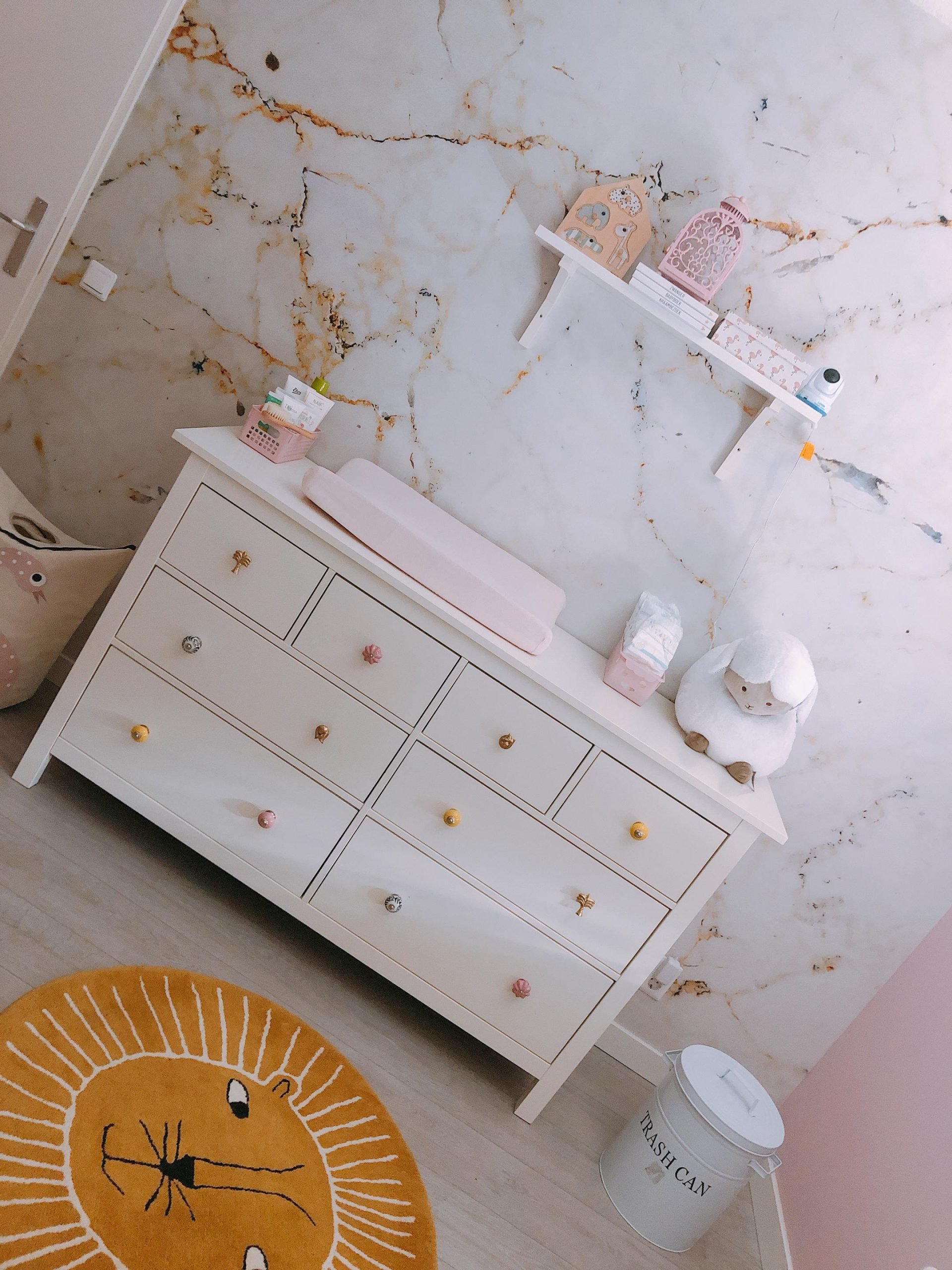 IMG 6920 2160x2880 1 scaled - De baby/kinderkamer van Hazel - roze, hout & marmer!