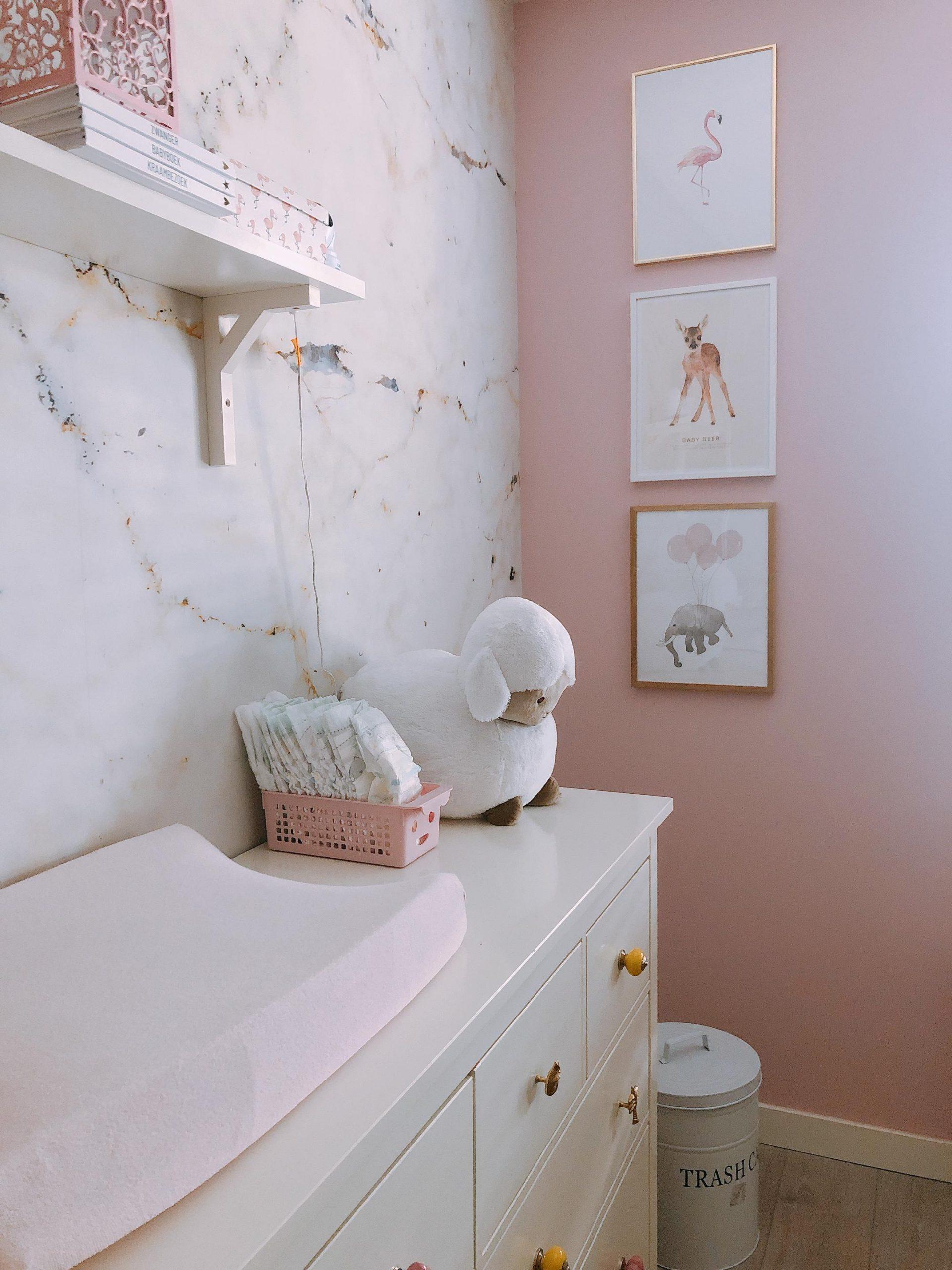 IMG 6931 2160x2880 1 scaled - De baby/kinderkamer van Hazel - roze, hout & marmer!