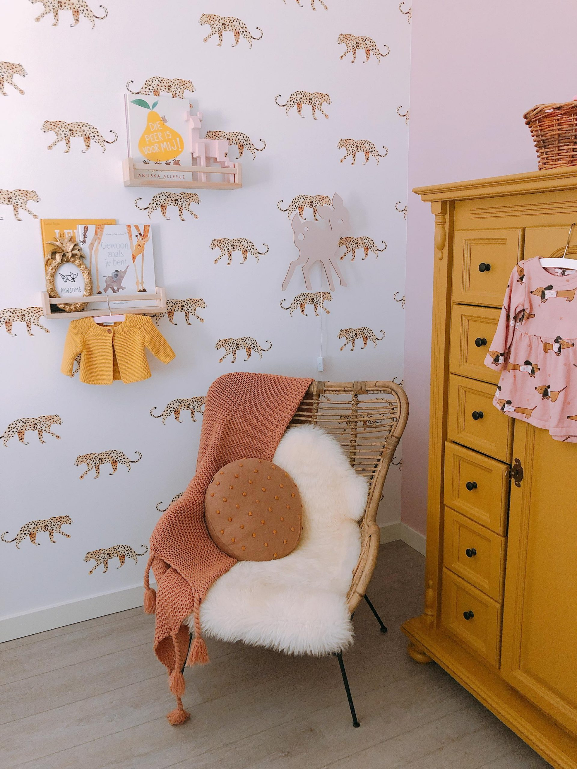 IMG 6948 2160x2880 1 scaled - De baby/kinderkamer van Hazel - roze, hout & marmer!