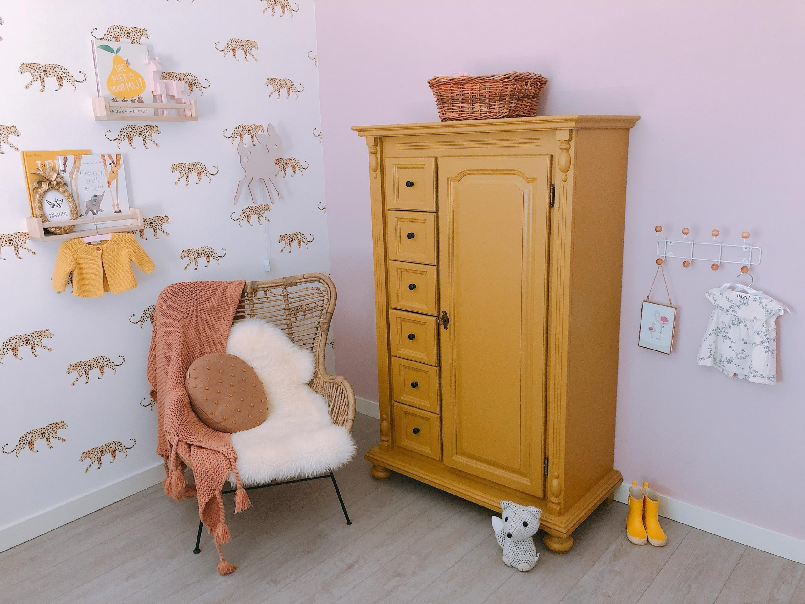 IMG 6958 2880x2160 1 scaled - De baby/kinderkamer van Hazel - roze, hout & marmer!