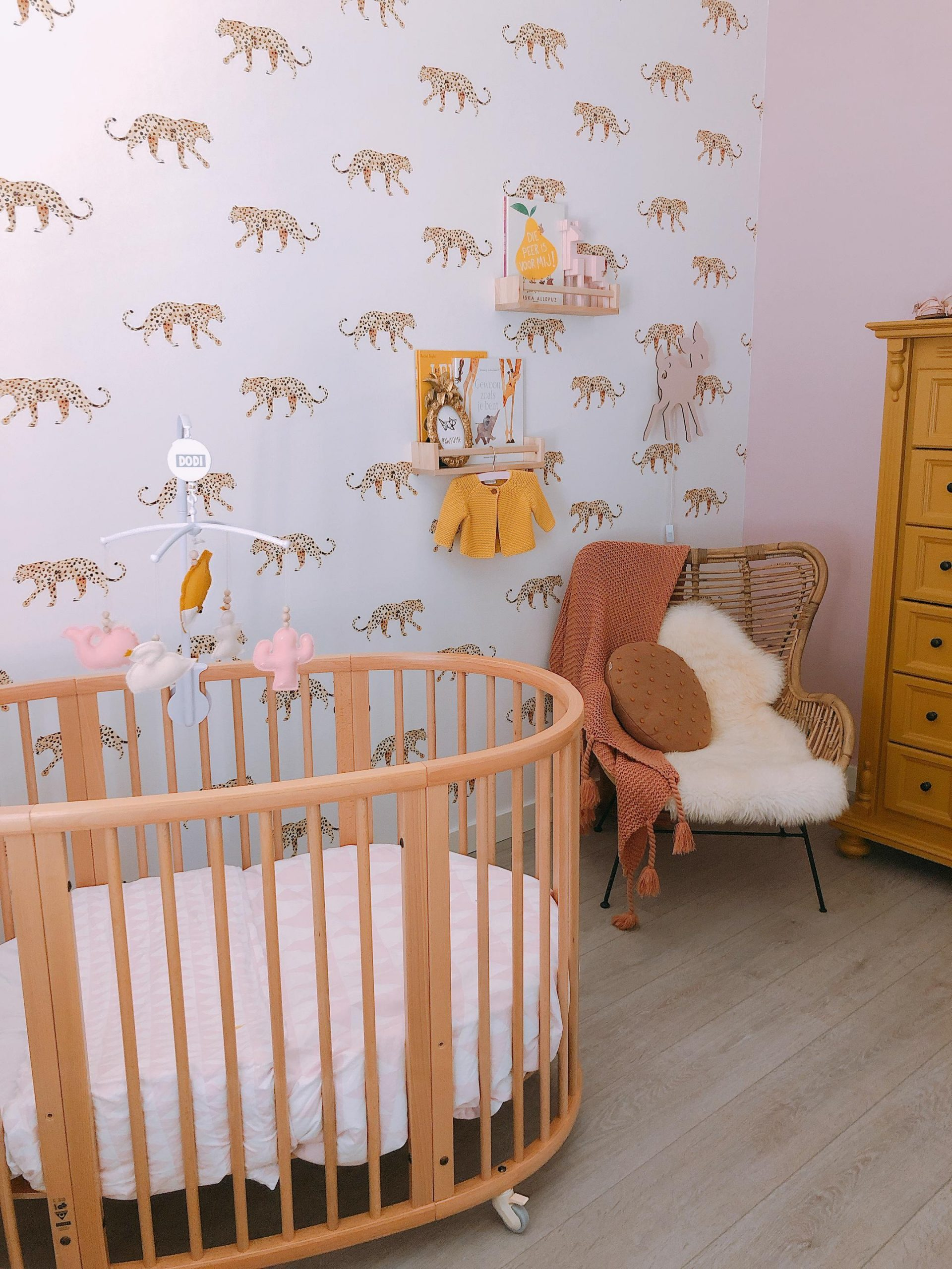 IMG 6975 2160x2880 1 scaled - De baby/kinderkamer van Hazel - roze, hout & marmer!